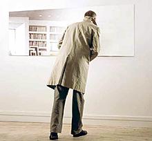 Зеркала отражают всегда только настоящее и ничего кроме настоящего. Пытаться увидеть в зеркалах прошлое или предсказать будущее невозможно